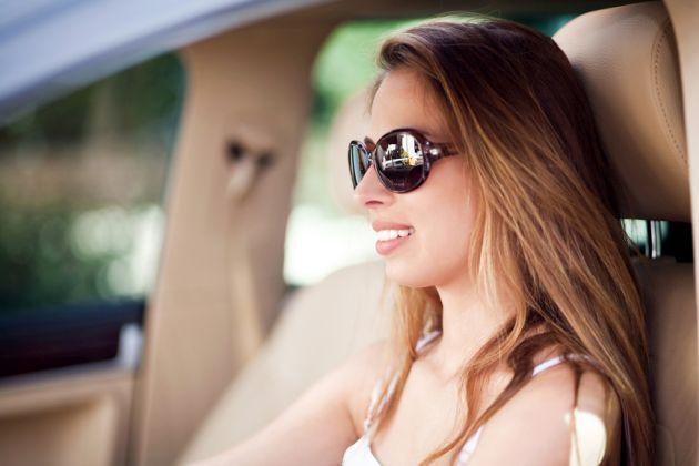 Kierowca w okularach przeciwsłonecznych