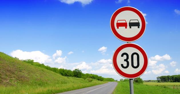 Znaki drogowe zakaz wyprzedzania i ograniczenia prędkości